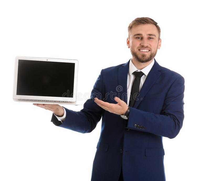 Jeune ordinateur portable heureux de participation d'homme d'affaires avec l'écran vide sur le fond blanc image libre de droits