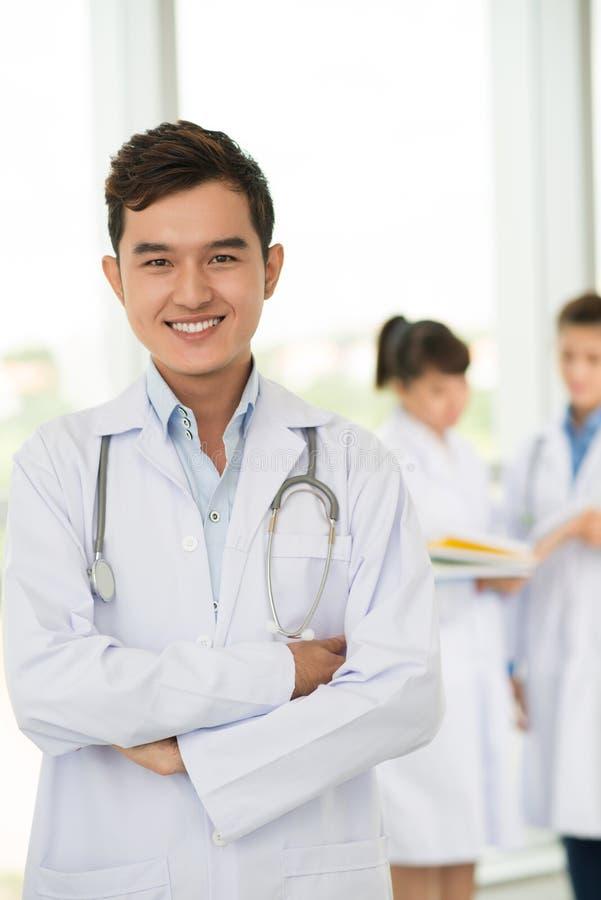 Jeune ouvrier médical image stock
