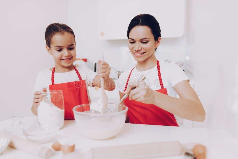 Jeune pâte de préparation de fille Enfant et maman d'amusement images libres de droits