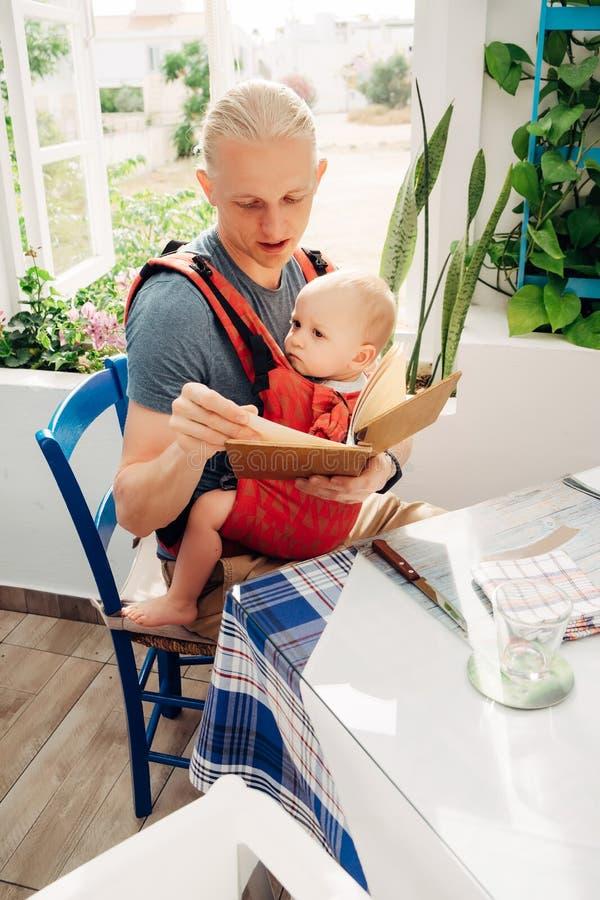 Jeune père avec peu de fille au restaurant photographie stock