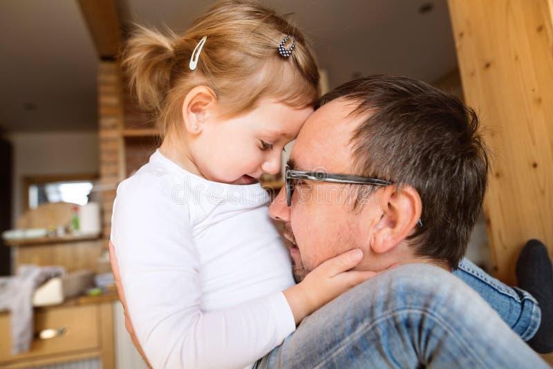 Jeune père avec sa petite fille mignonne à la maison images stock