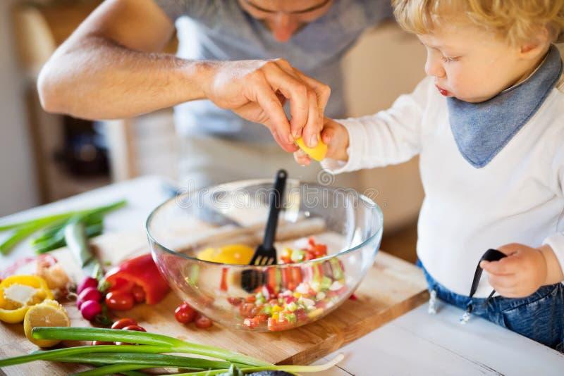 Jeune père avec une cuisson de garçon d'enfant en bas âge images libres de droits