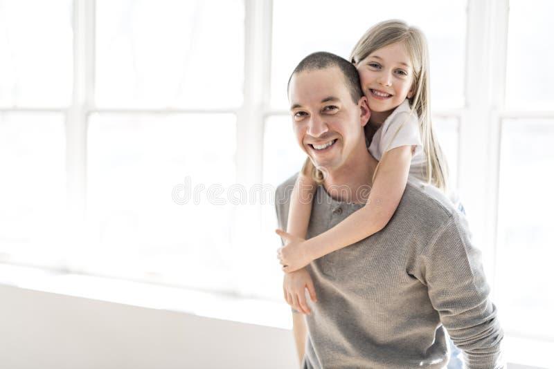 Jeune père beau et sa petite fille mignonne image stock