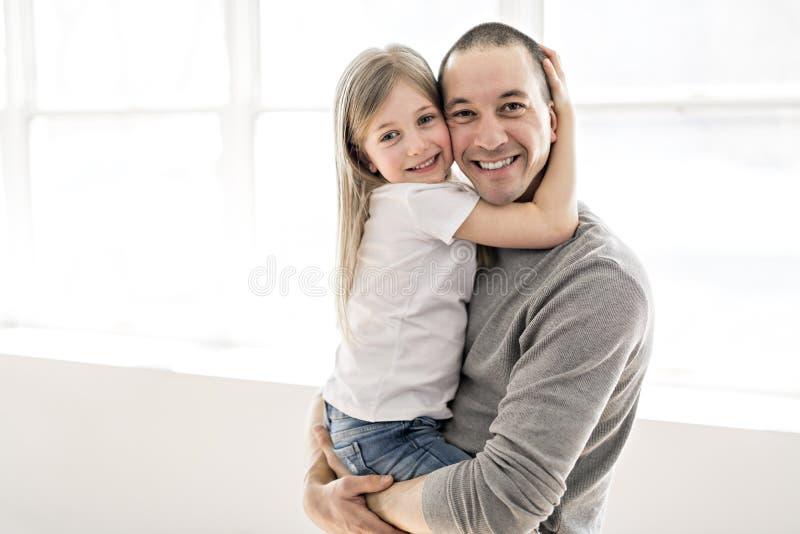 Jeune père beau et sa petite fille mignonne photographie stock