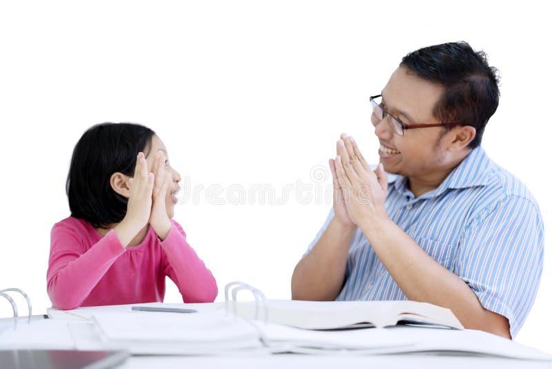 Jeune père donnant des applaudissements à sa fille photos libres de droits