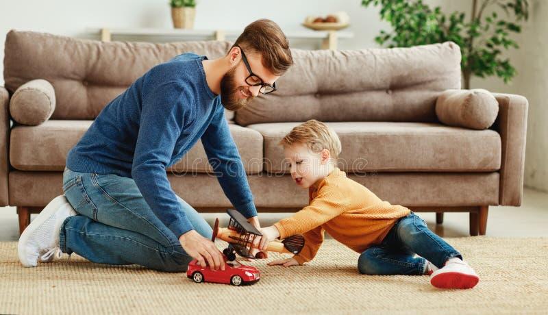 Jeune père et enfant jouant avec des jouets à la maison image libre de droits