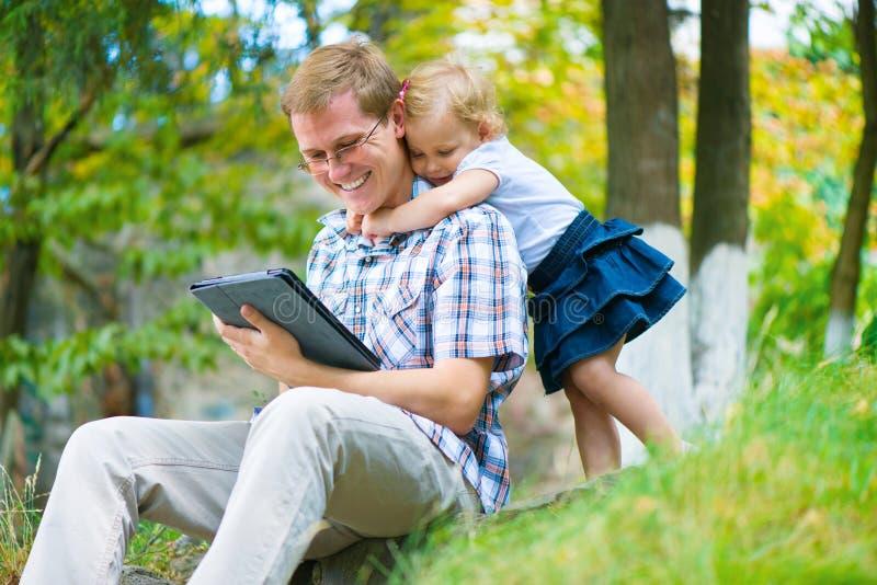 Jeune père et petite fille ayant l'amusement photos libres de droits