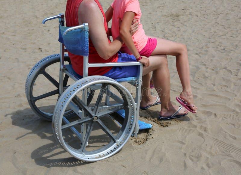 Jeune père et sa fille sur le fauteuil roulant photo libre de droits