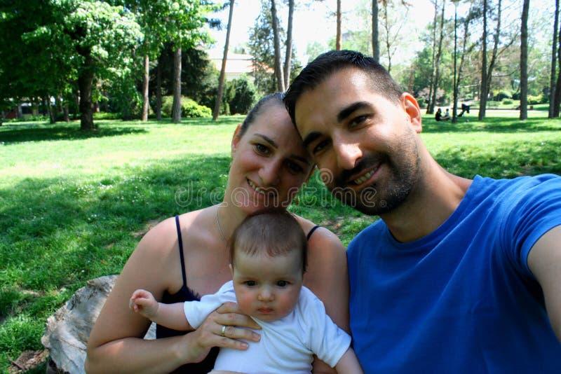 Jeune père joyeux heureux de famille, mère et petit bébé ha photographie stock libre de droits