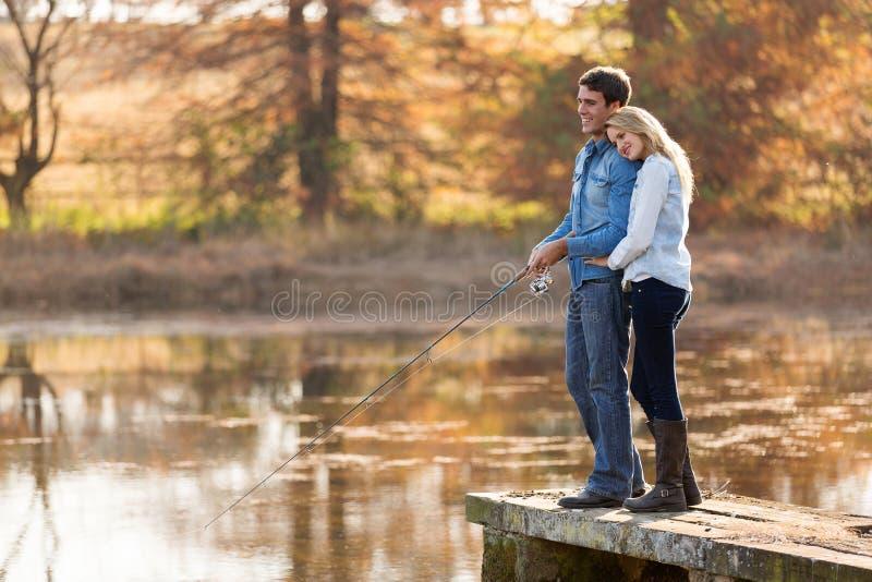 Jeune pêche de couples photographie stock