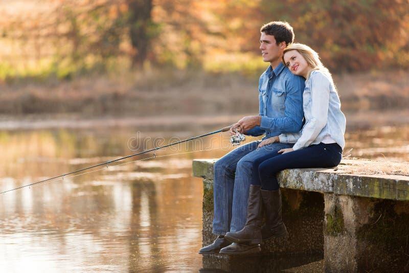Jeune pêche de couples image stock