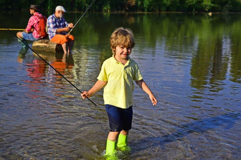 Jeune pêche de garçon en rivière de forêt Petit pêcheur prêt à aller pêcher Peu enfant pêchant sur la rivière Pêcheur dans a photographie stock