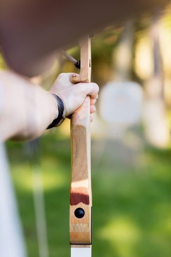 Jeune panneau de cible d'Aiming Arrow At d'homme d'affaires dans la forêt image stock
