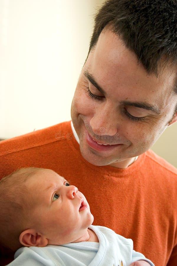 Jeune papa avec le fils infantile photos stock