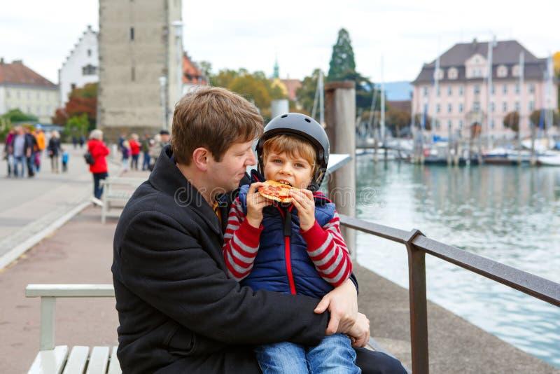 Jeune papa tenant son fils, peu garçon drôle d'enfant sur le bras photos libres de droits