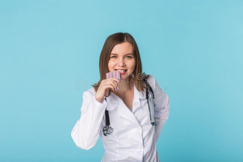 Jeune paquet femelle d'échantillon de docteur de pilules photographie stock libre de droits