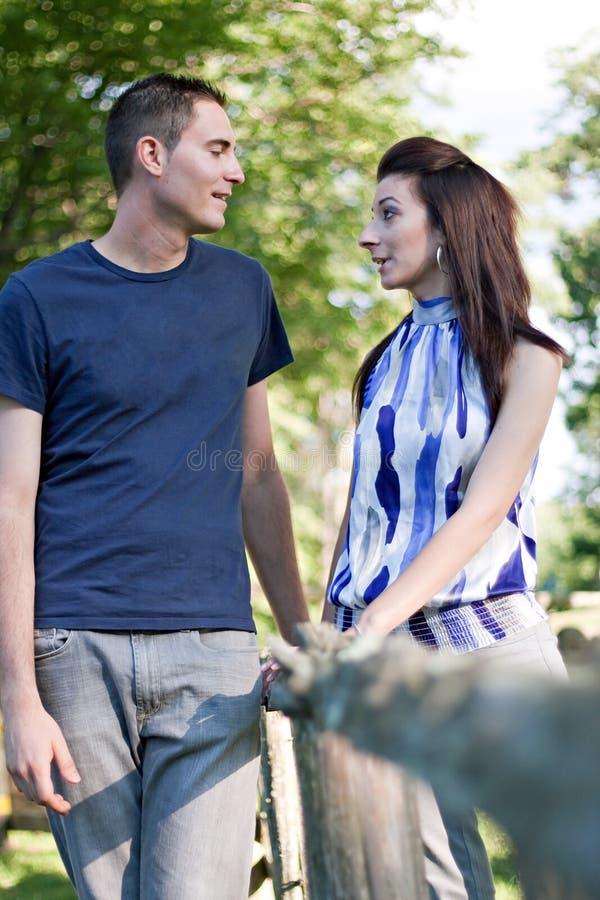 Jeune parler de couples images libres de droits