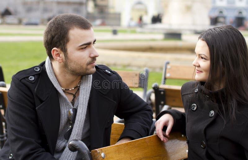 Jeune parler de couples photographie stock