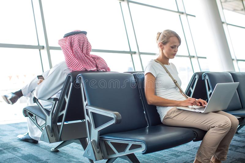 Jeune passager féminin à l'aéroport image stock