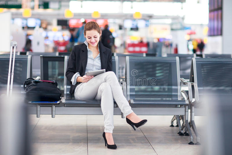 Jeune passager féminin à l'airpor photos libres de droits
