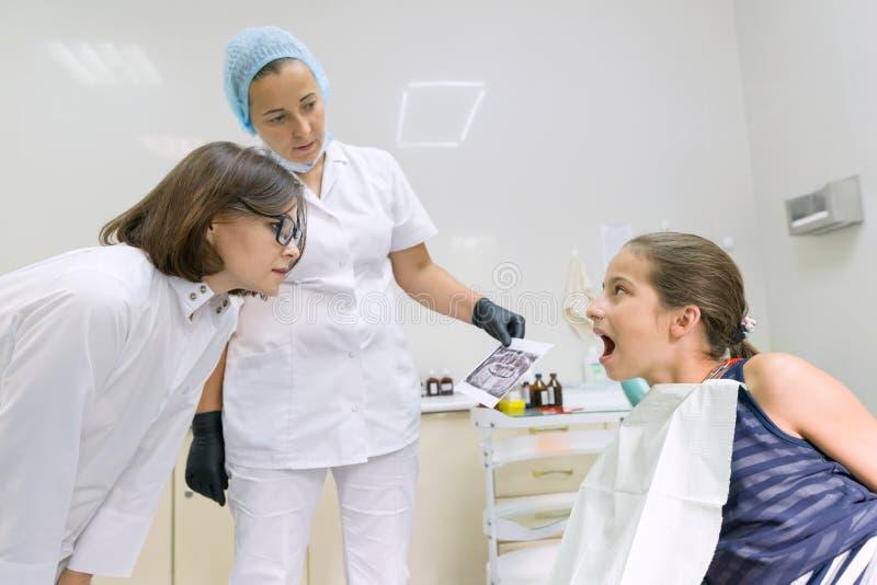 Jeune patient dans la chaise dentaire Concept de médecine, d'art dentaire et de soins de santé images stock