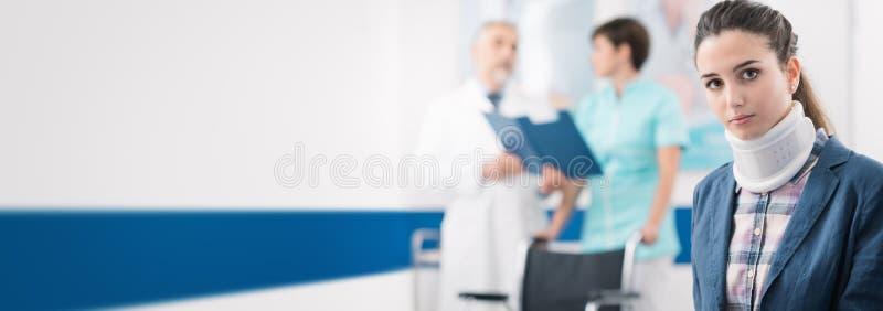 Jeune patient dans la salle d'attente à l'hôpital images stock