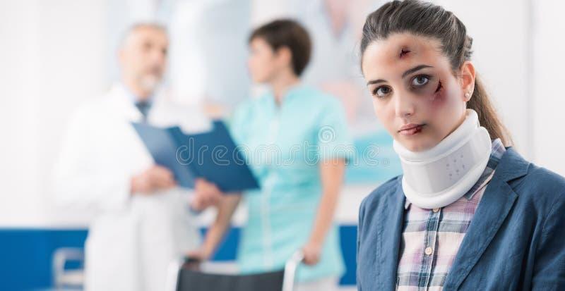 Jeune patient dans la salle d'attente à l'hôpital photographie stock libre de droits