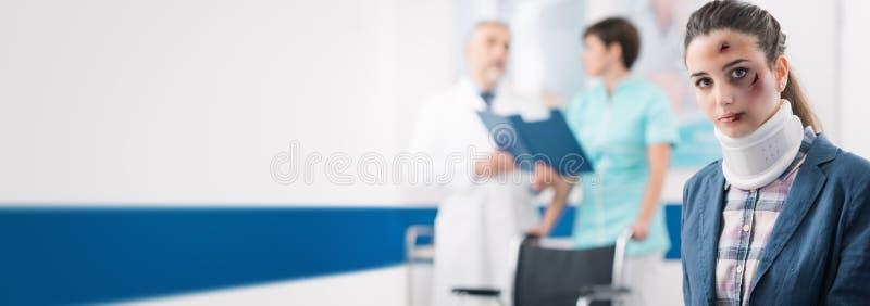 Jeune patient dans la salle d'attente à l'hôpital photos libres de droits