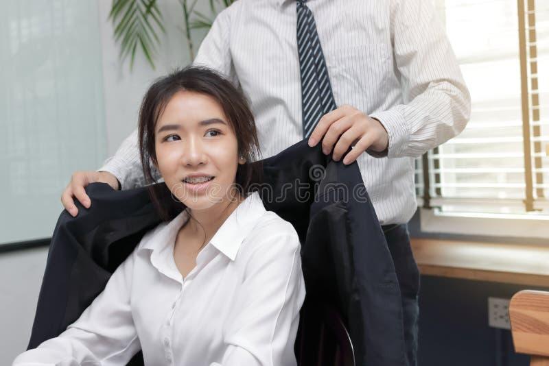 Jeune patron asiatique salut la femme des employés dans le bureau photos libres de droits