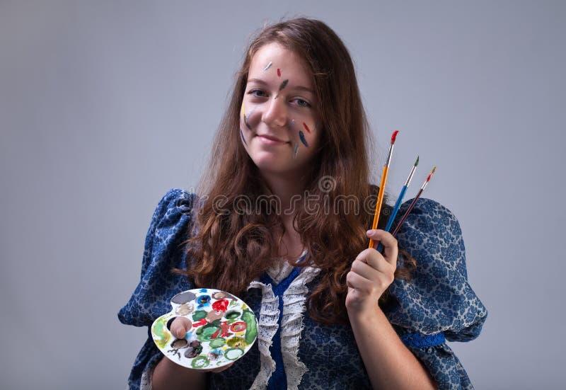 Jeune peintre avec la palette et les brosses images libres de droits