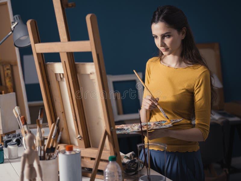 Jeune peinture créative d'artiste dans le studio images libres de droits