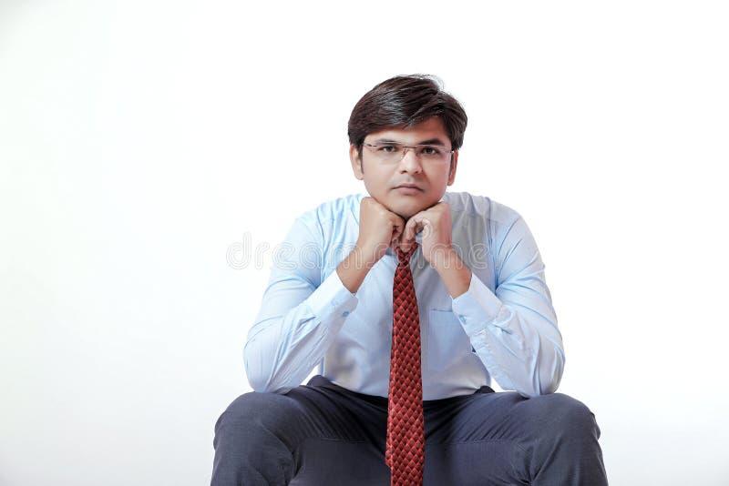 Jeune pensée indienne d'homme d'affaires images libres de droits