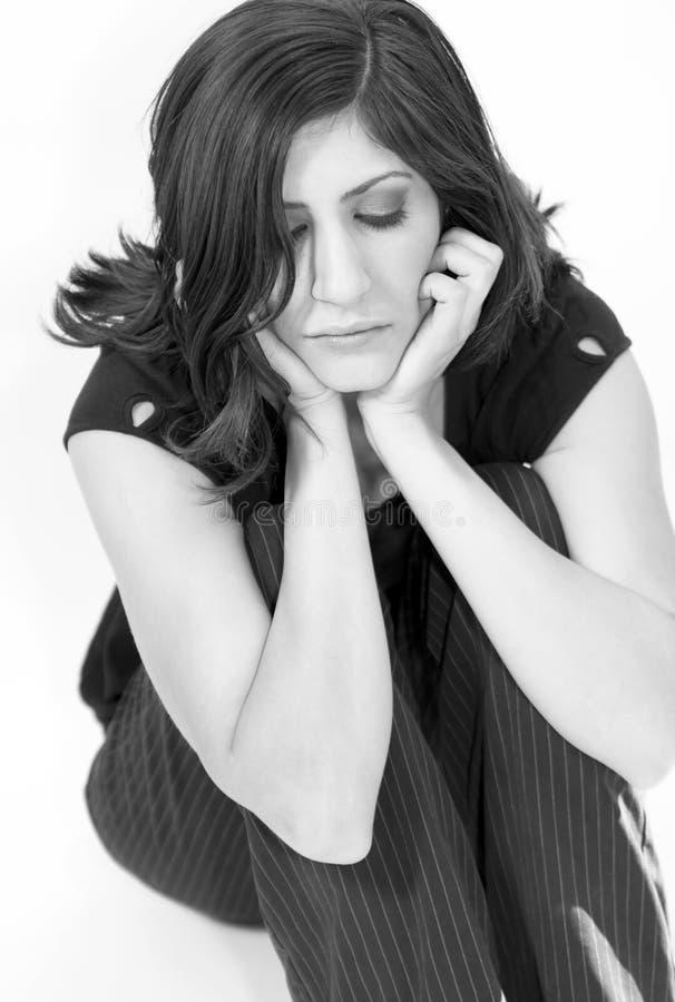 Jeune penser de femme de Brunette photographie stock libre de droits