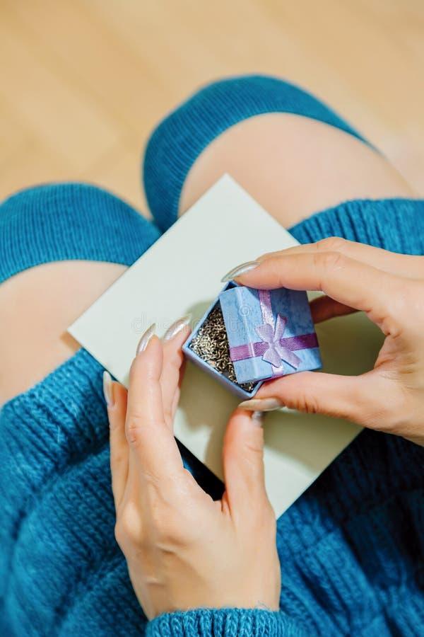 Jeune personne féminine avec un cadeau dans la boîte minuscule images stock