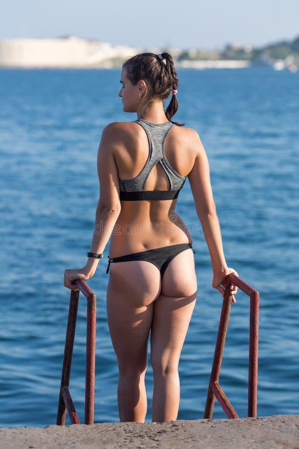 Jeune personne f?minine sur la plage municipale images stock