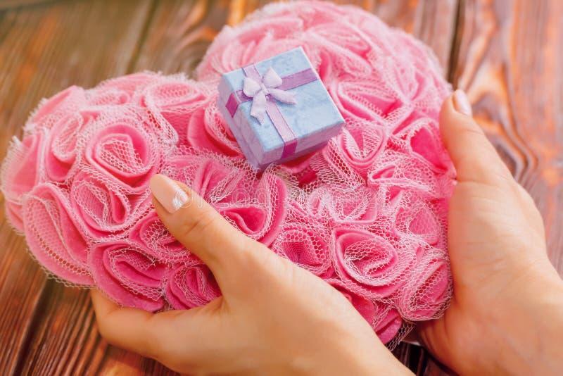 Jeune personne féminine tenant le cadeau de Saint Valentin image stock