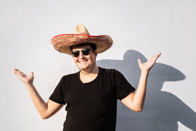 Jeune personne masculine gaie dans le sombrero Fest de l'indépendance du Mexique images libres de droits