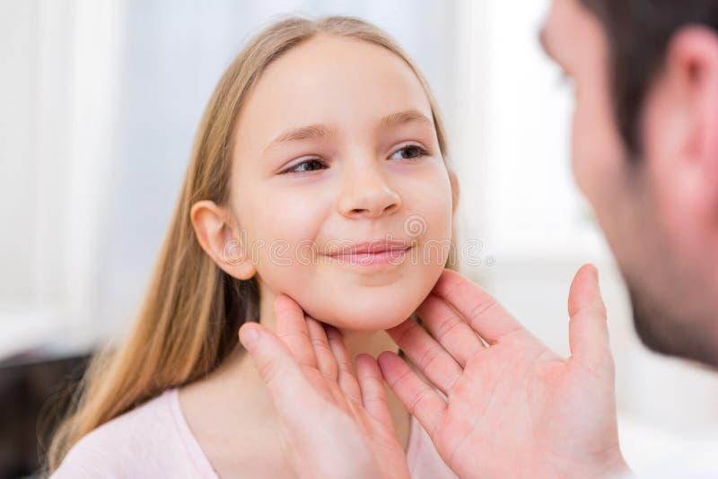 Jeune petite fille examinated par un docteur image stock