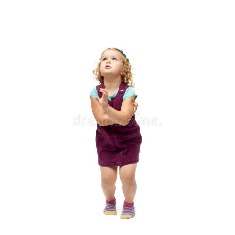 Jeune petite fille sautant par-dessus le fond blanc d'isolement images libres de droits