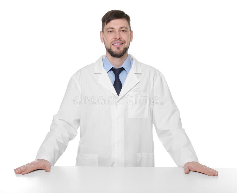 Jeune pharmacien beau se tenant à la table image libre de droits