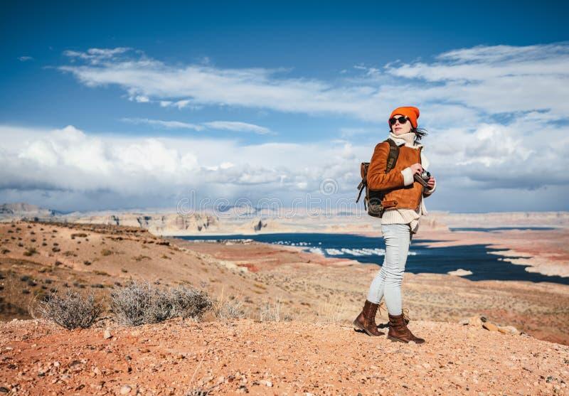 Jeune photographe avec une caméra rétrograde dans le désert photos stock