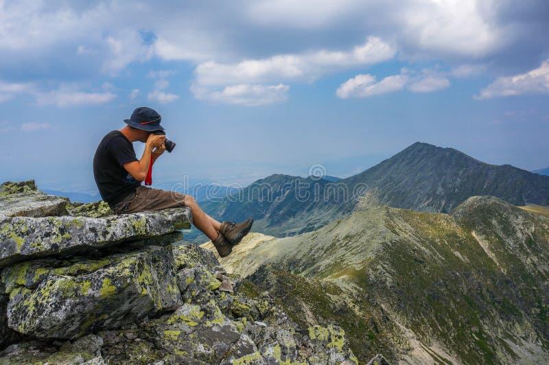Jeune photographe dans les montagnes photos libres de droits