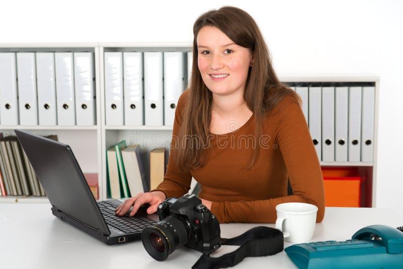 Jeune photographe féminin images stock