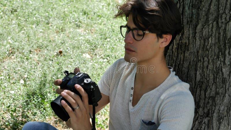 Jeune photographe masculin beau prenant la photographie photo stock