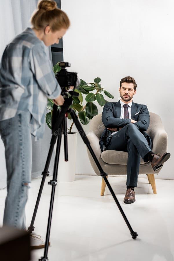 jeune photographe prenant des photos de modèle masculin beau photos libres de droits