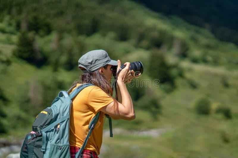 Jeune photographe prenant une photo de paysage photos stock