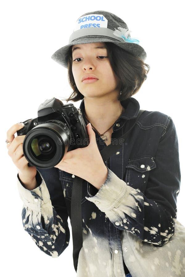 Jeune photographe vérifiant des arrangements d'appareil-photo images libres de droits