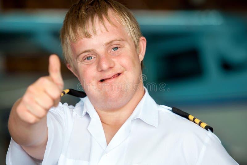 Jeune pilote handicapé affichant des pouces vers le haut. image stock