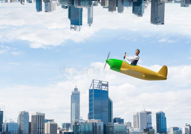 Jeune pilote s'asseyant dans la cabine du petit avion images libres de droits