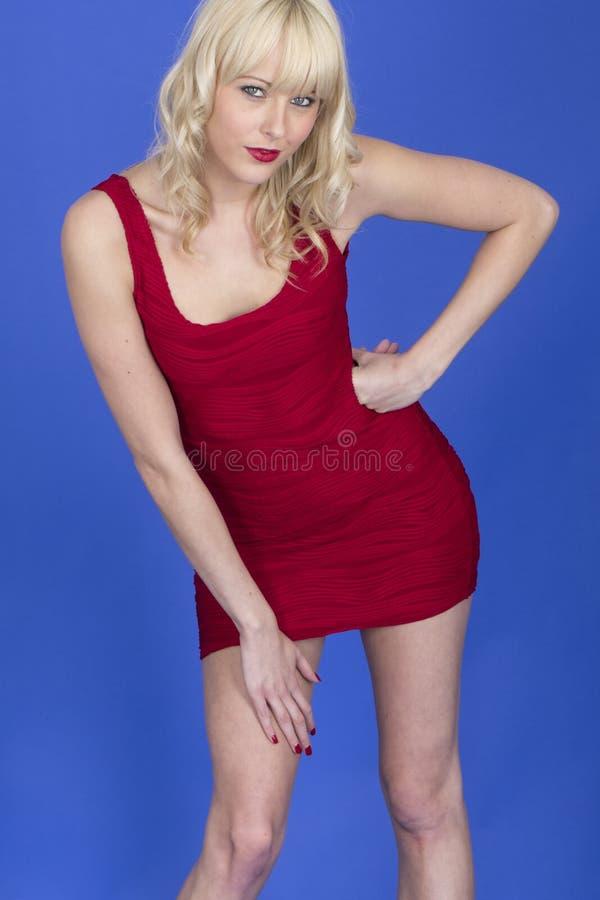 Jeune Pin Up Model Posing Wearing Mini Dress court rouge photos libres de droits